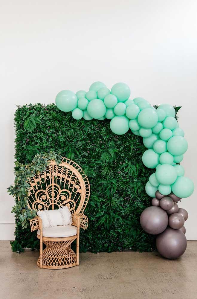 Muro inglês decorado com balões. A poltrona de vime aguarda o momento das fotos