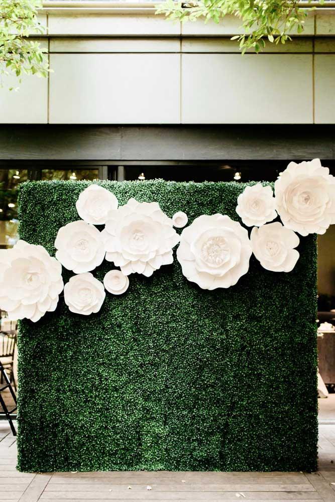 Muro inglês artificial com flores de papel gigante. Local perfeito para tirar fotos durante a festa