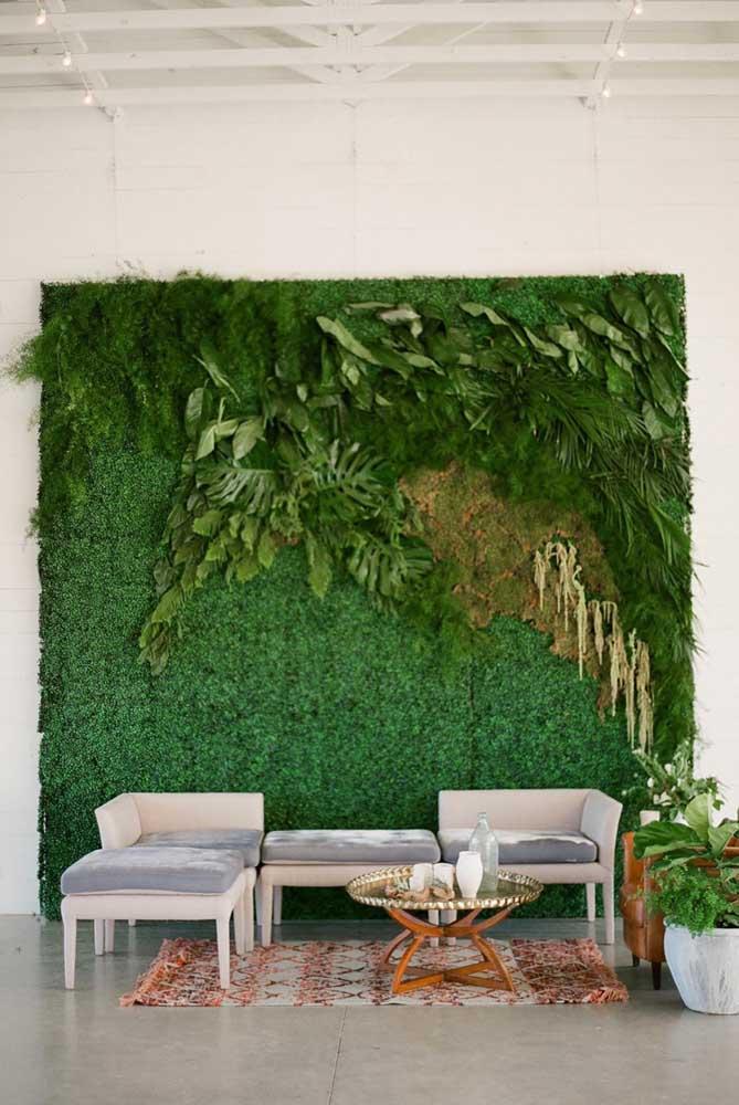 Muro inglês com planta trepadeira e espécies pendentes. Um cenário e tanto para decorar um evento ou o saguão de recepção de restaurantes, bares e hotéis