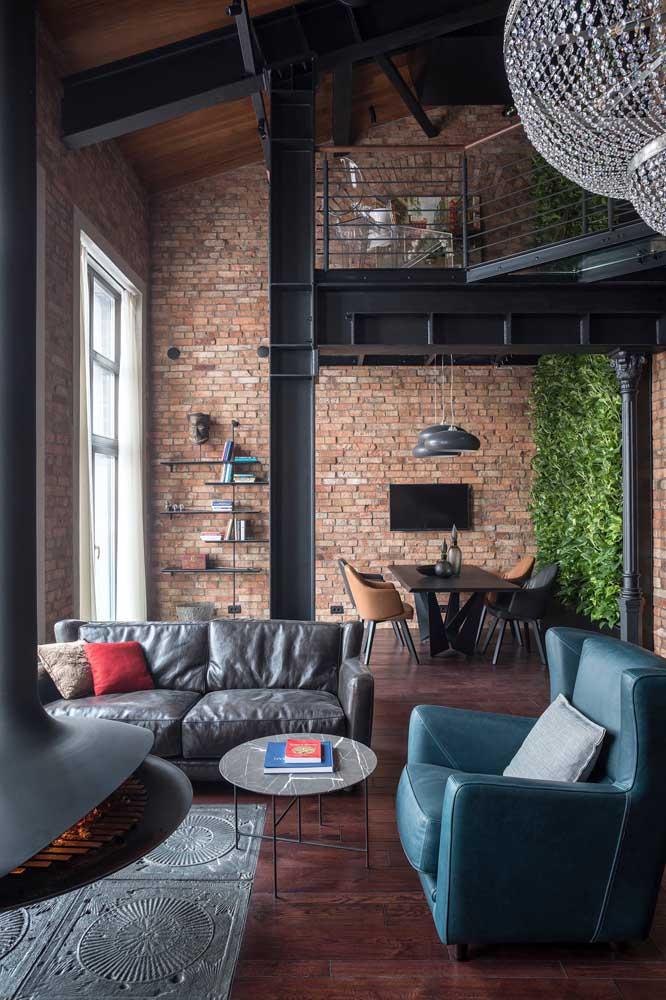 A sala integrada em estilo industrial não teve dúvidas na hora de apostar no muro inglês. O grande diferencial do ambiente