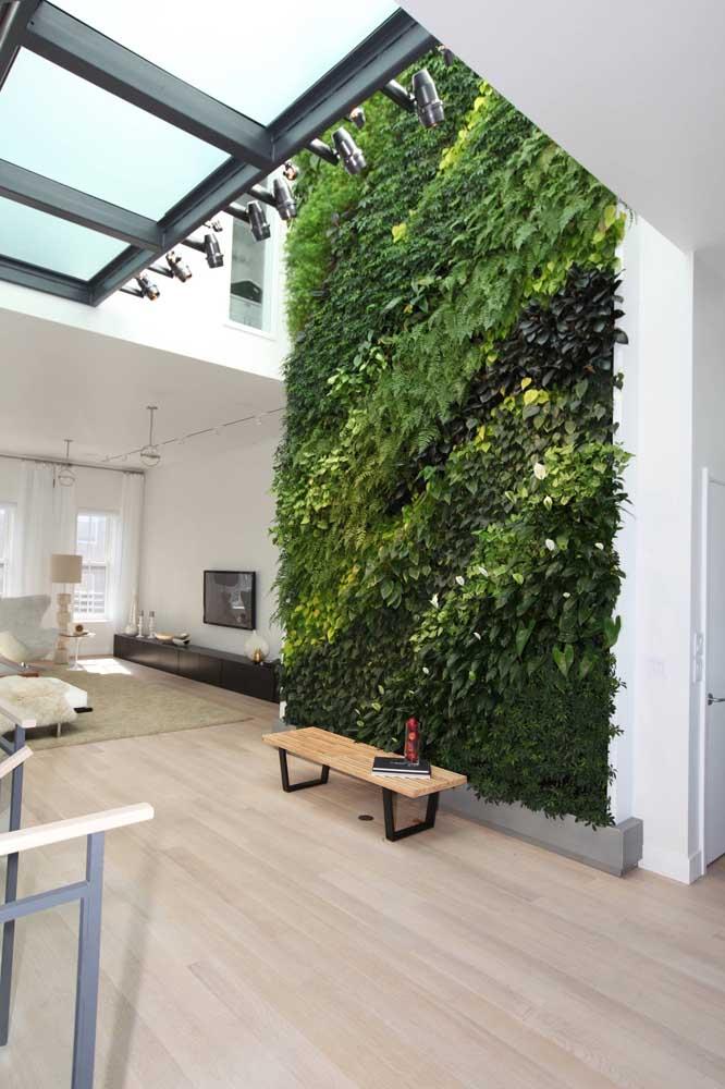 A casa moderna apostou no muro inglês natural como parte do projeto de decoração