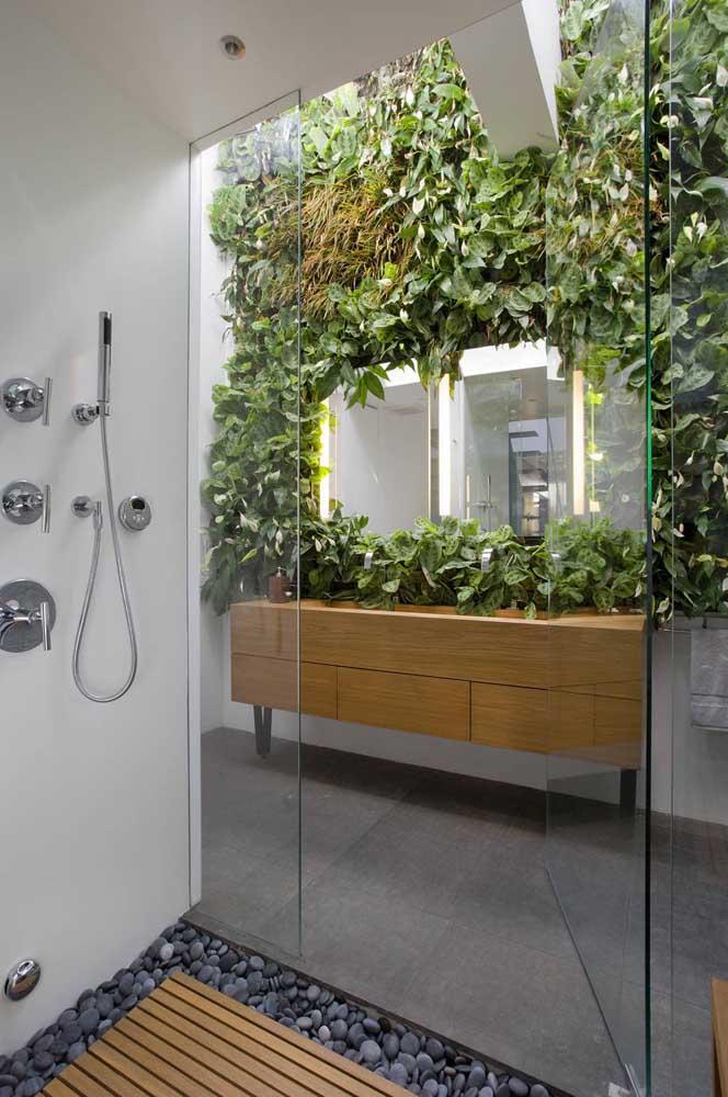 Se você tem um banheiro bem iluminado, não perca a oportunidade de criar um muro inglês nele