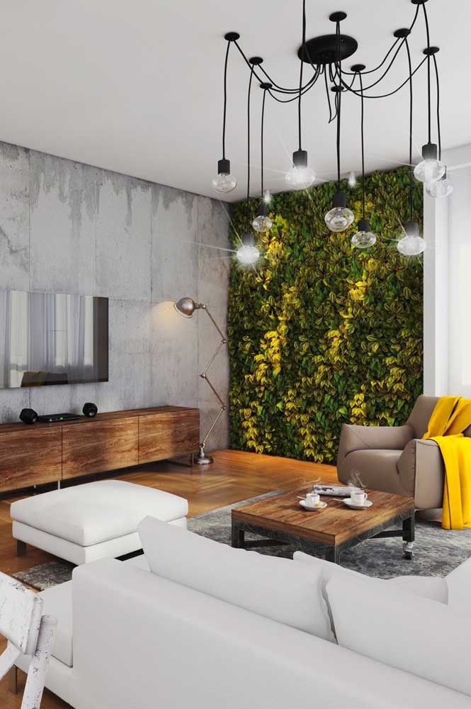 Muro inglês natural para sala de estar. Destaque para os diferentes tons de verde realçados pela iluminação indireta