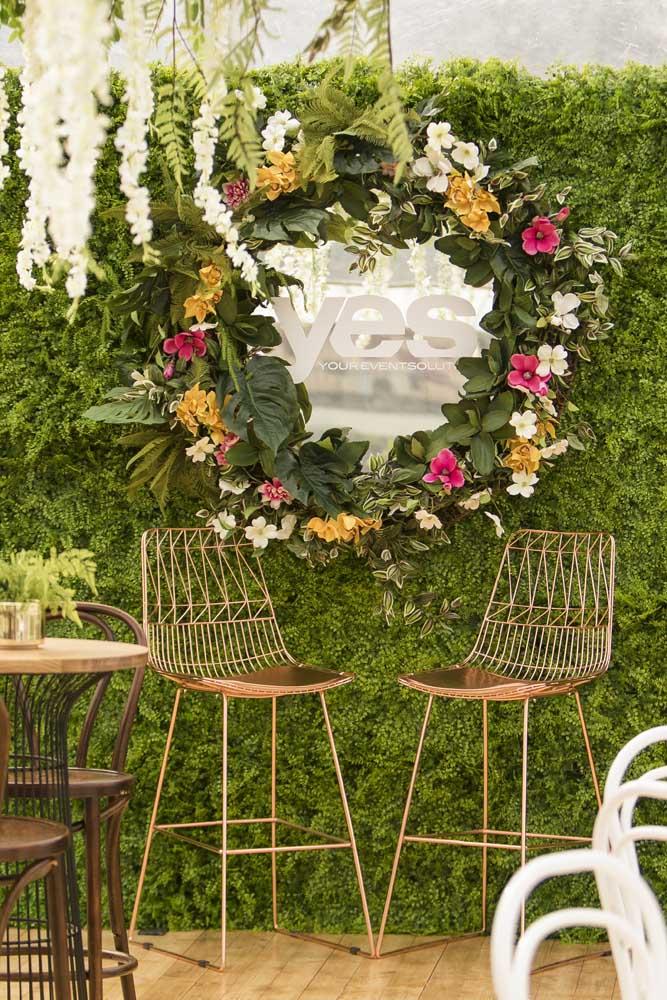 Muro inglês natural. Repare que o destaque aqui é o espelho redondo cercado pelas flores coloridas