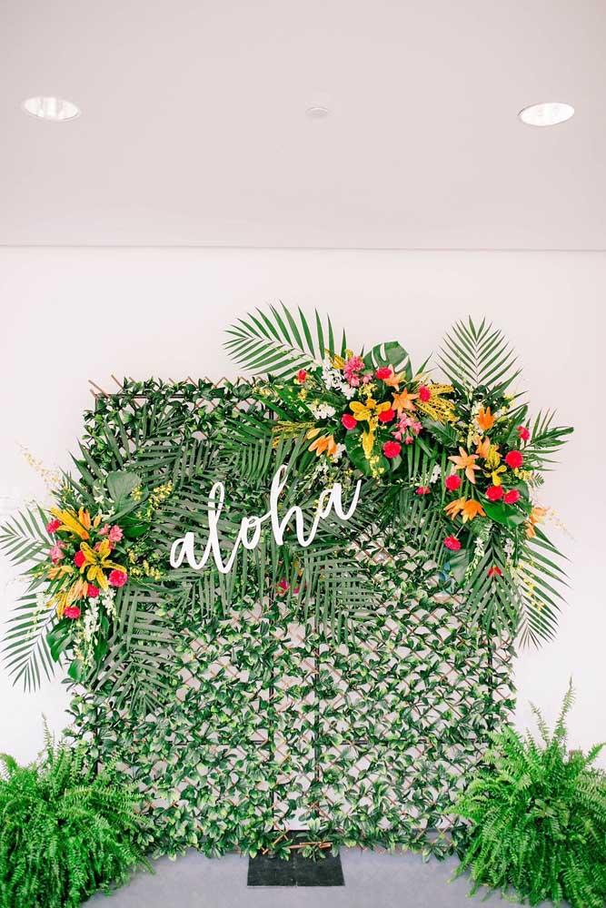 Falando em decoração de muro inglês tropical, olha esse aqui. A palavra aloha ficou muito bem posicionada entre as flores
