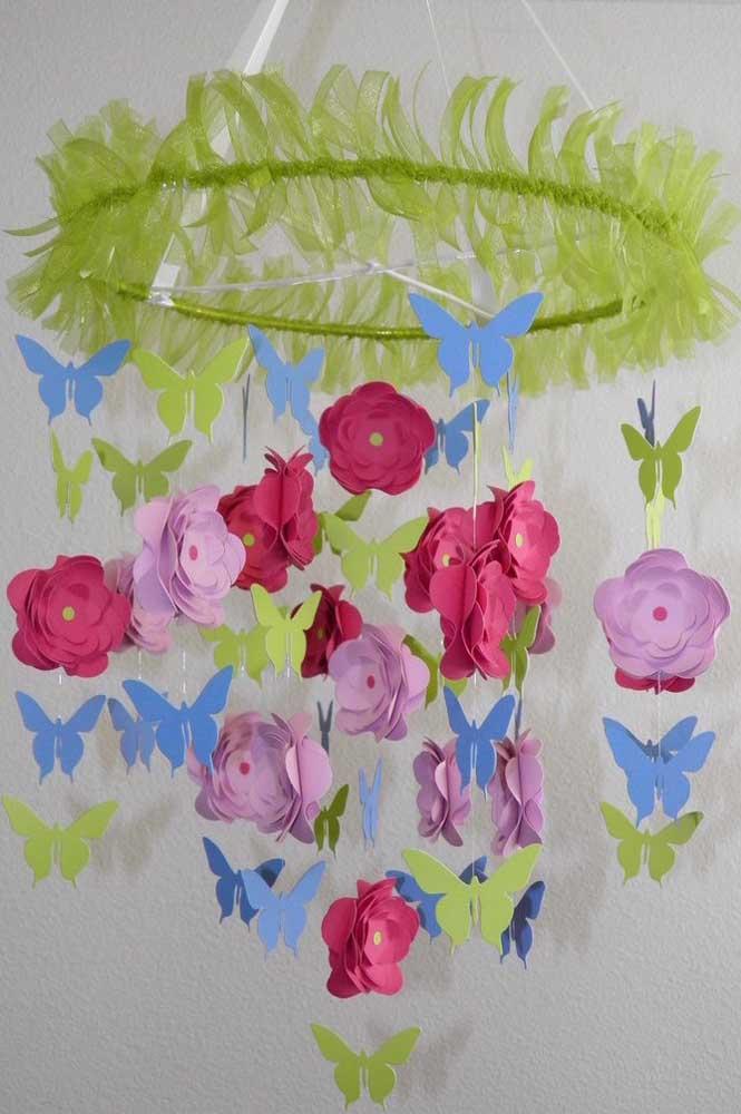 Flores e borboletas de papel formam esse móbile delicado e romântico