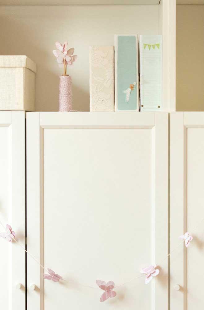 Um varal delicado de borboletas de papel decora o armário dessa cozinha