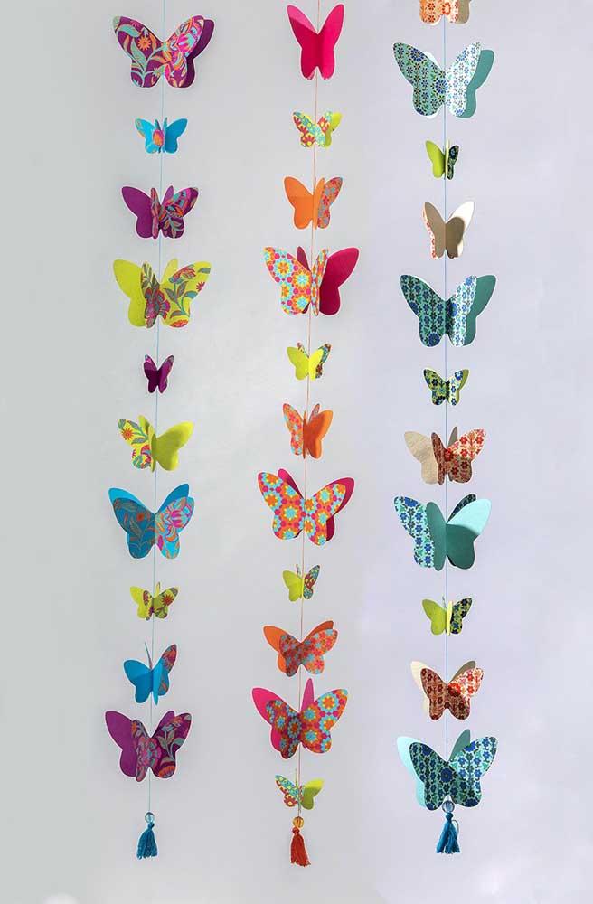 Cortina de borboletas de papel. Aqui, são as cores e as estampas do papel que chamam a atenção