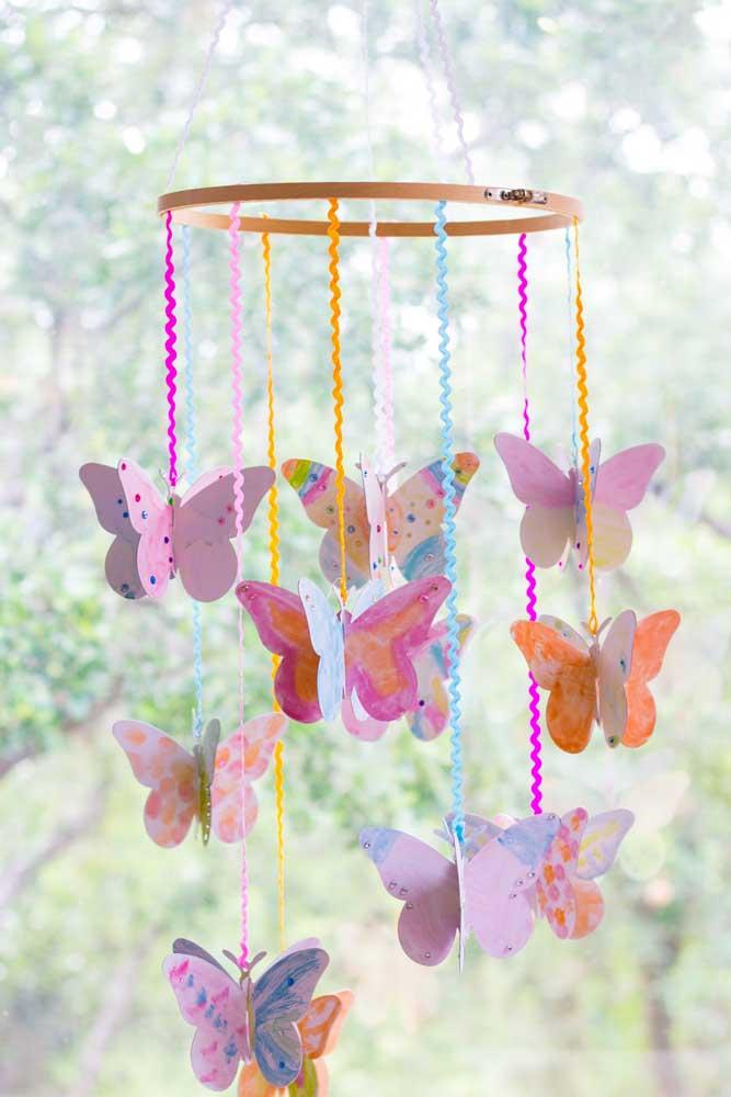 Chame as crianças e peça para elas pintarem as borboletas de papel como preferirem. Depois é só montar o móbile