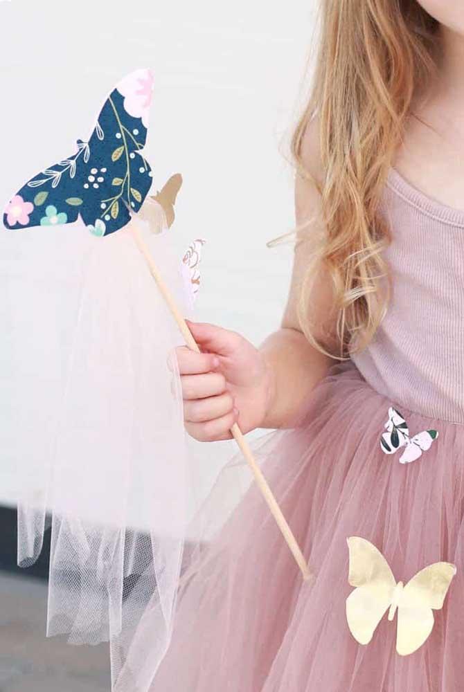 Que tal enfeitar a roupa das crianças com borboletas de papel? Elas vão adorar!