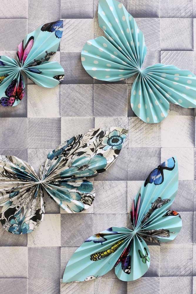 Borboletas de papel sanfonado. Estampas diferentes, mas uma cor só, o azul