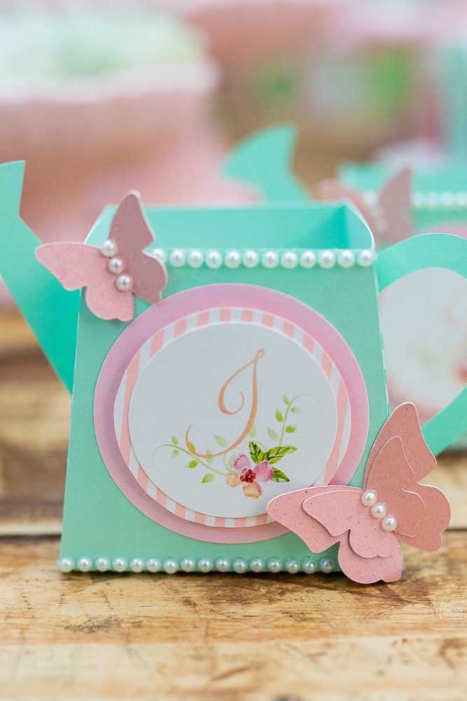 Lembrancinhas, convites e outros mimos ficam mais bonitos e valorizados com as borboletas de papel