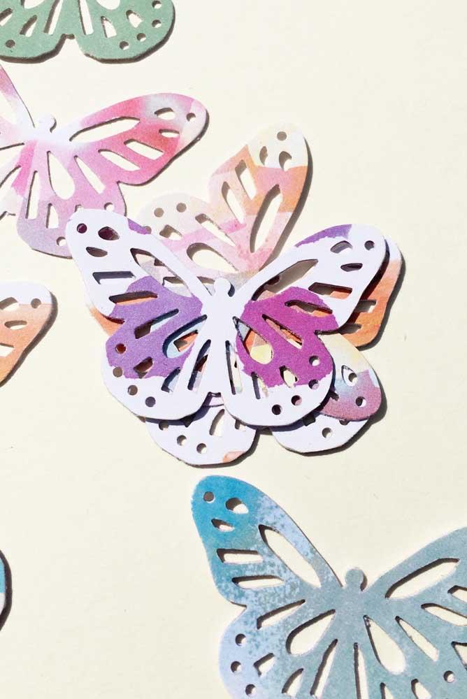 Borboletas vazadas e coloridas de modo aleatório