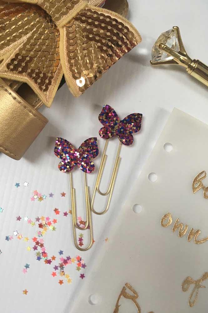 Mini borboletinhas de papel para decorar os clipes. Para deixá-las ainda mais bonitinhas, use lantejoulas, gliter ou estrelinhas metálicas