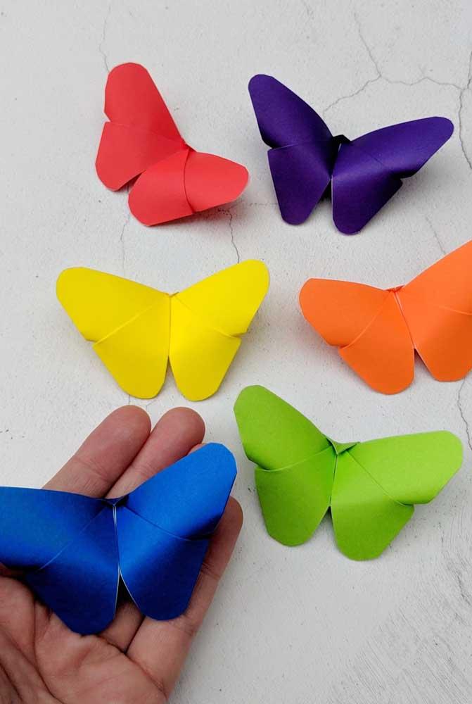 Um brilho diferente adorna essas borboletas coloridas de papel