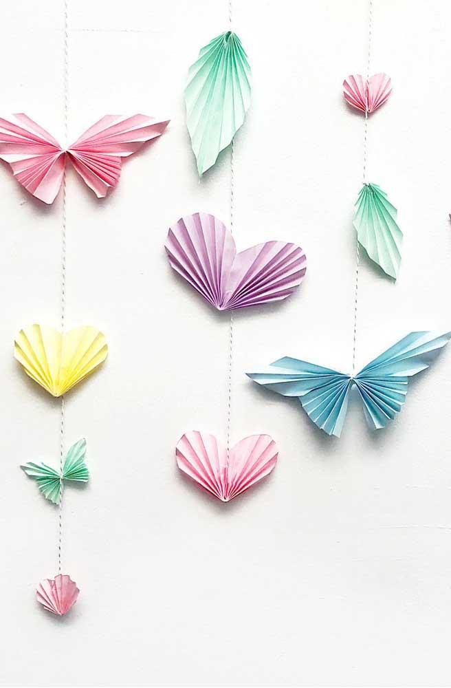 Corações e borboletas de papel sanfonada se revezam para formar essa cortininha super fofa