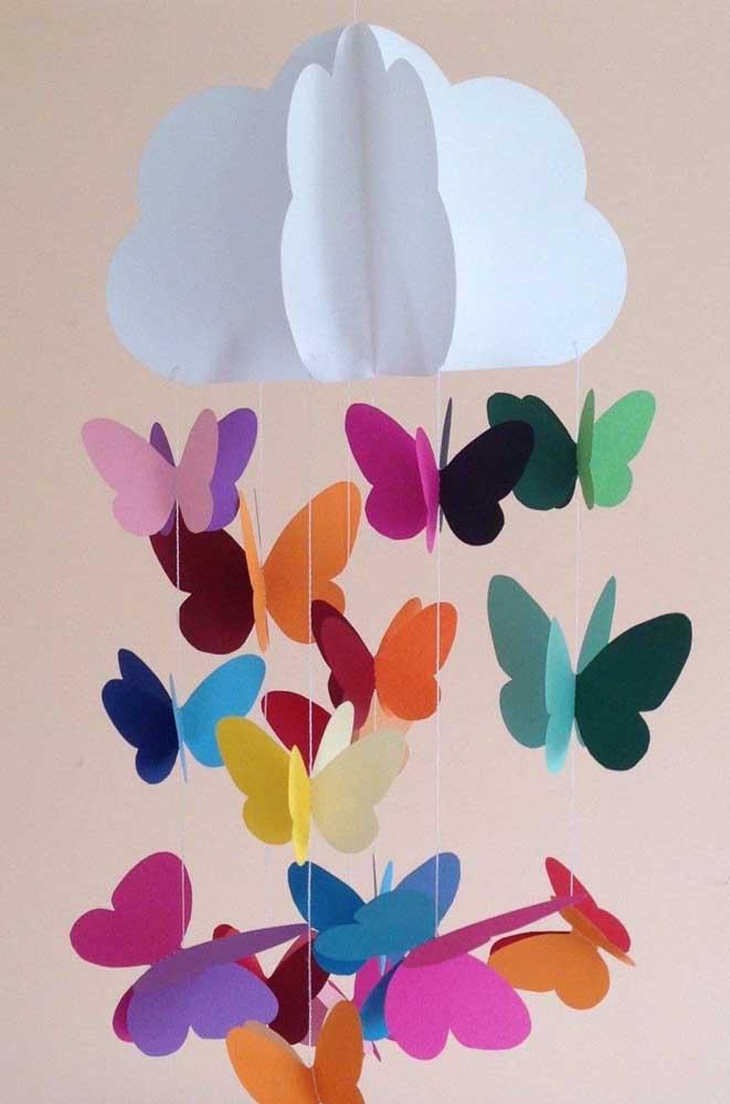 Móbile de borboletas coloridas girando em torno da nuvem. Uma linda decoração para quarto de bebê
