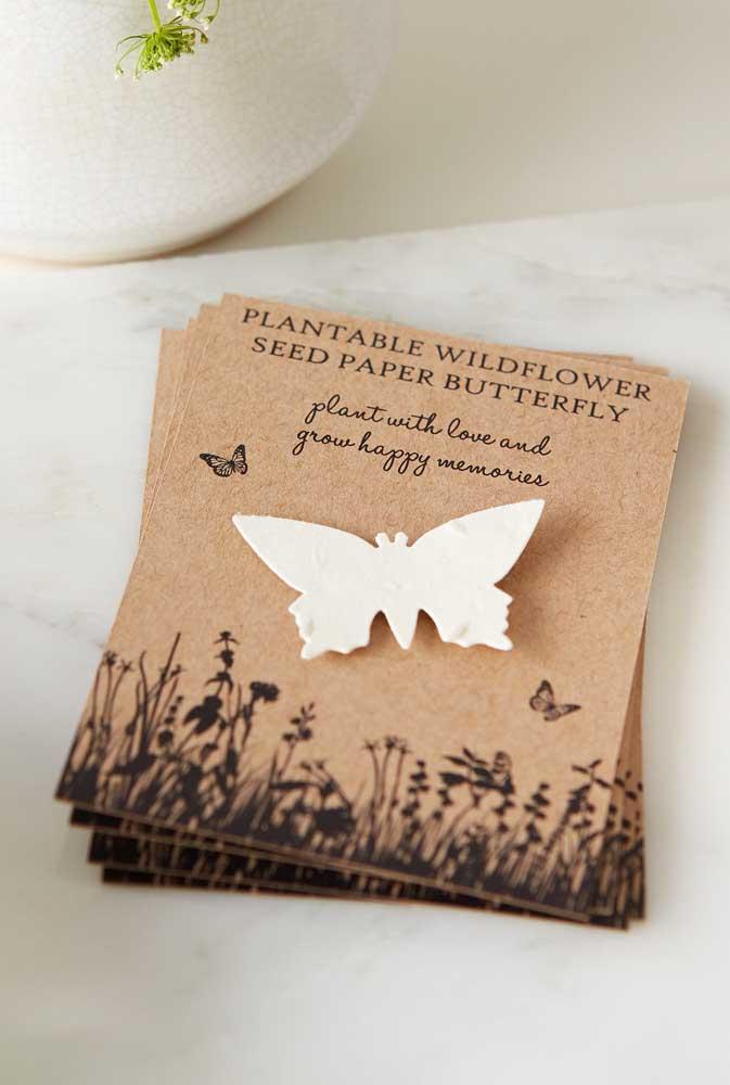 Plante flores e atraia borboletas. Esse é o recado no saquinho de sementes de flores. Uma linda ideia de lembrancinha de festa de aniversário