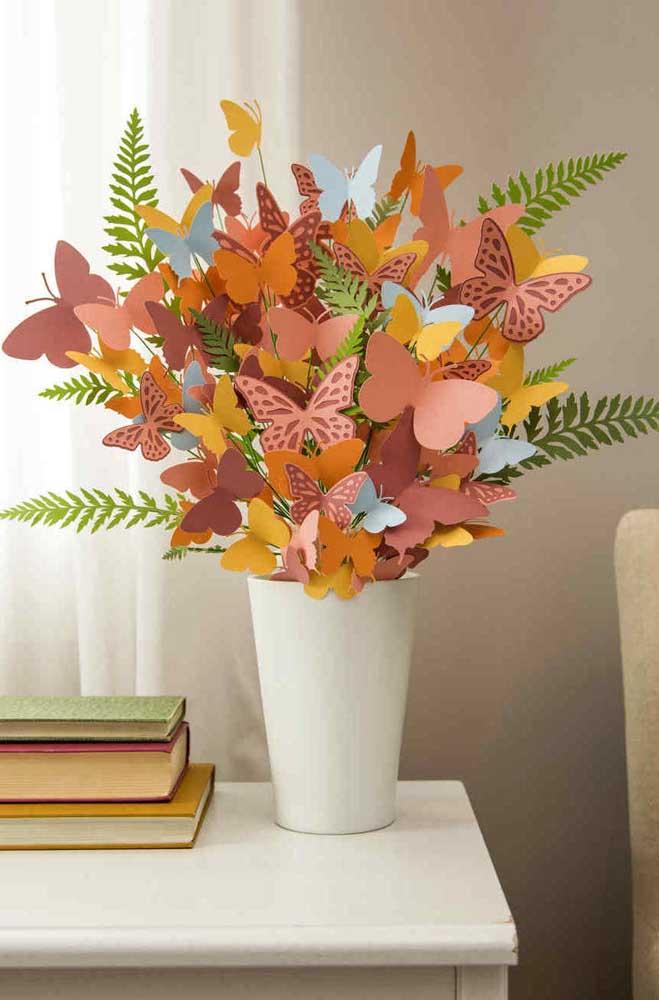 Ao invés de flores, um arranjo feito com borboletas de papel. Gostou da ideia?