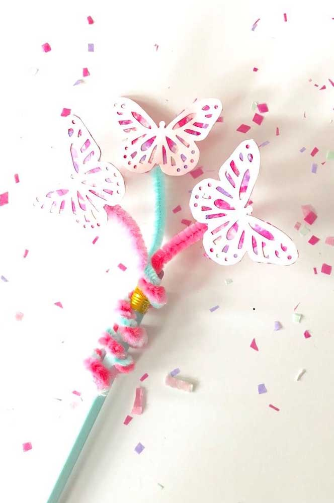 Não sabe onde colocar as borboletas de papel? Prenda-as em algum lápis