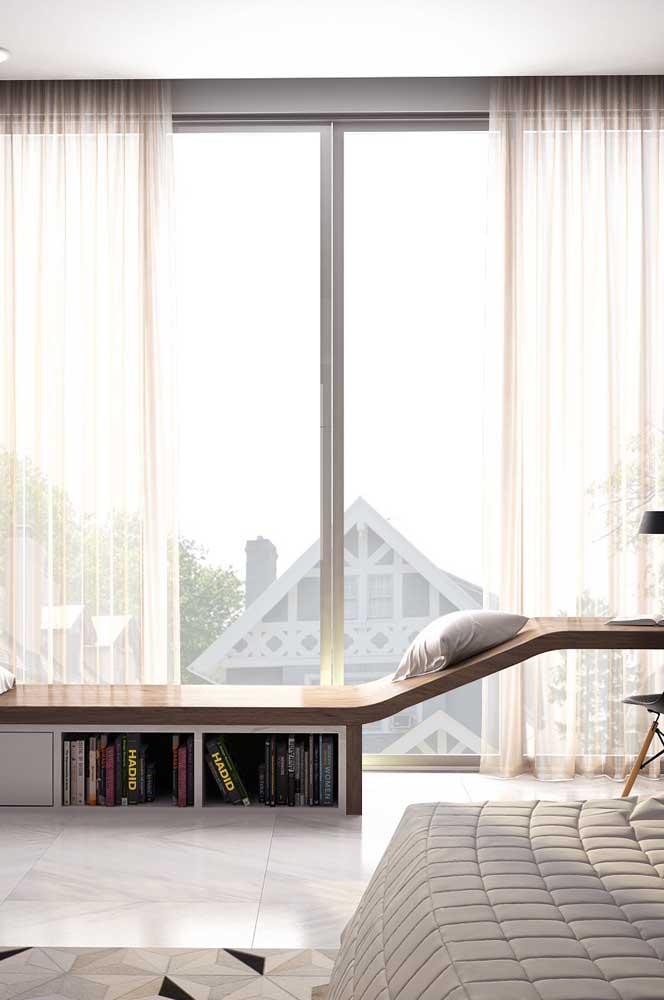 Vidro jateado para a ampla janela do quarto: privacidade e luz natural na medida certa