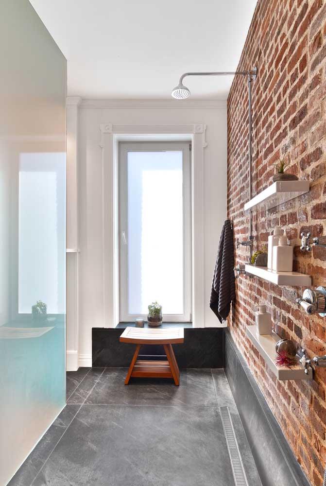 Para a janela do banheiro não poderia existir opção melhor: vidro jateado