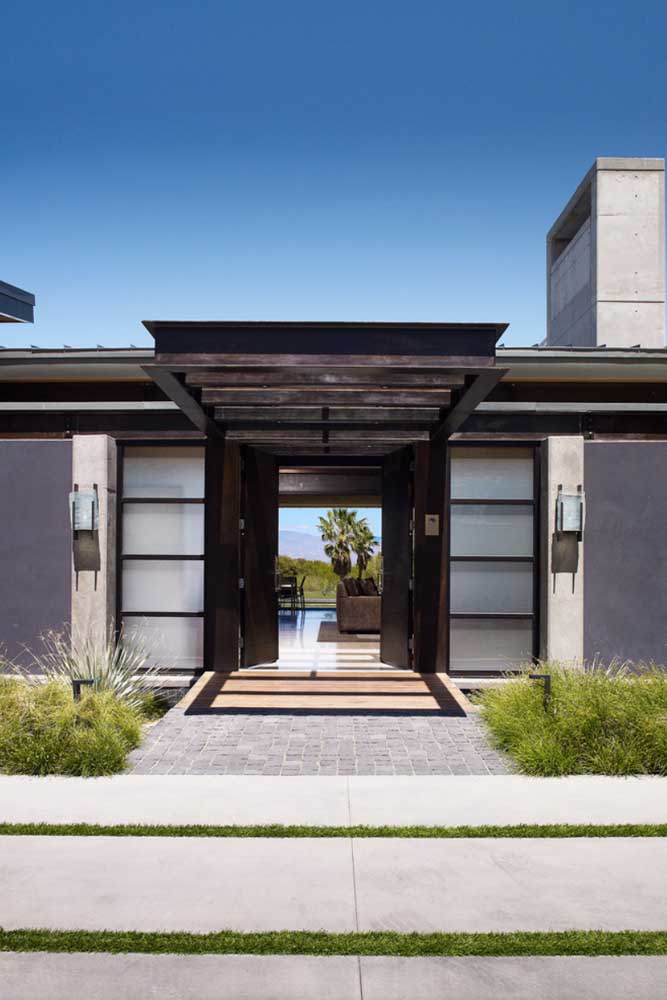 Na fachada da casa, o vidro jateado reforça a entrada de luz, sem expor a privacidade e a segurança dos moradores