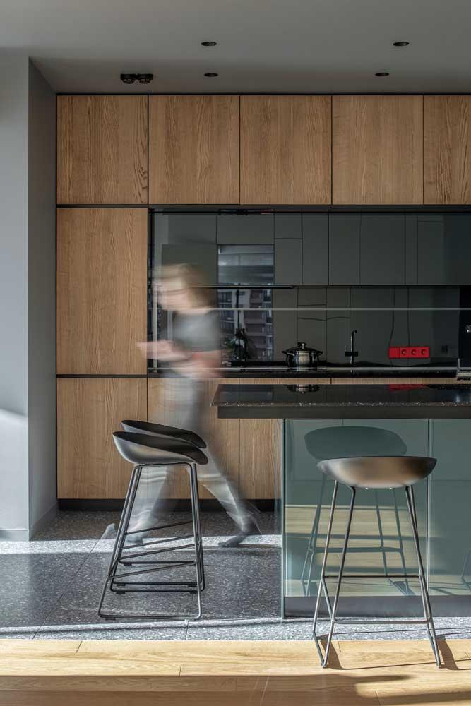Cozinha com balcão de vidro jateado. Perfeito para quem busca uma estética moderna e funcional