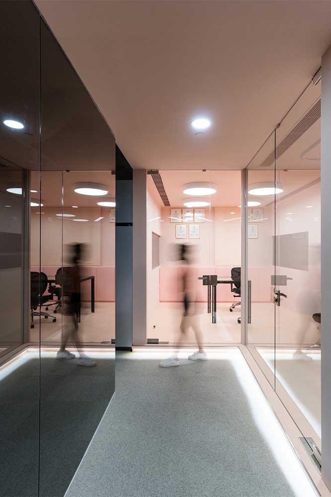 Vidro jateado fumê para o escritório. Garanta ainda mais privacidade para os ambientes corporativos, especialmente salas de reunião