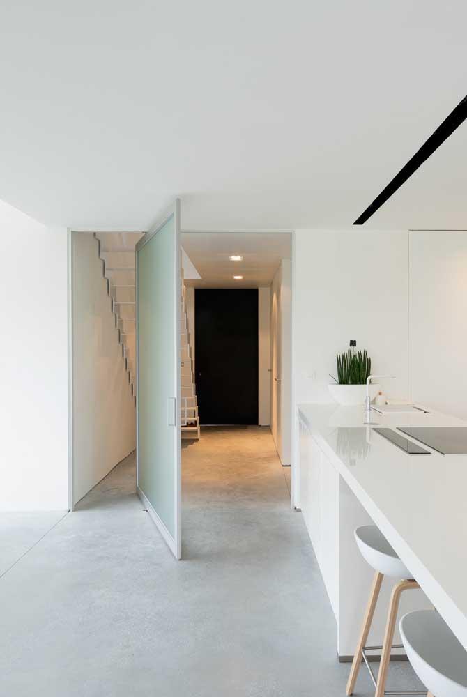 A enorme porta pivotante ganhou uma folha inteiriça de vidro jateado incolor
