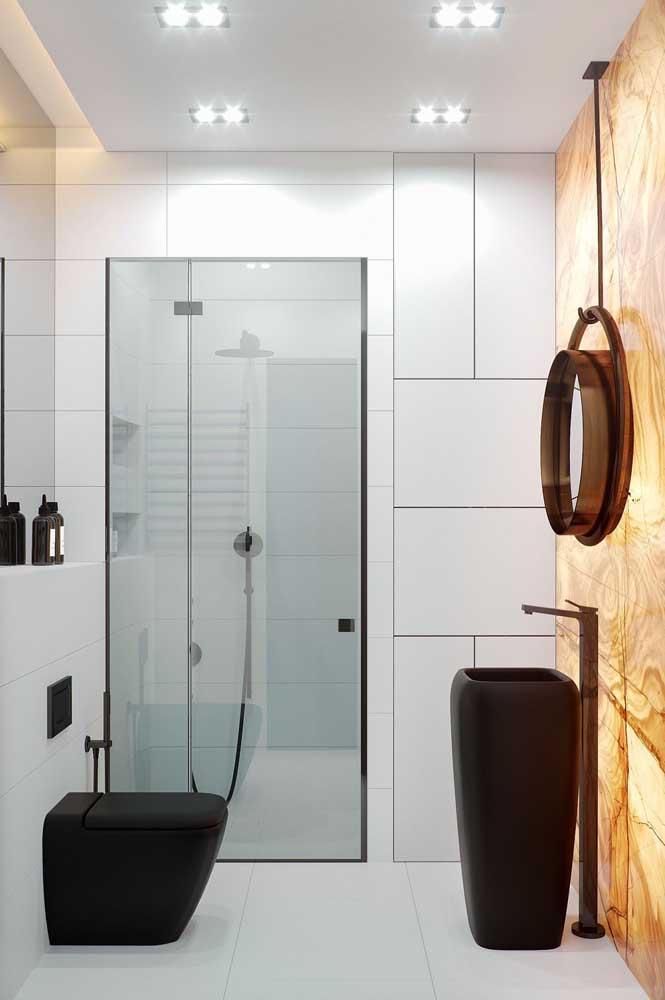 Para portas de box, o correto é instalar o vidro jateado com a parte áspera voltada para fora, facilitando o momento da limpeza