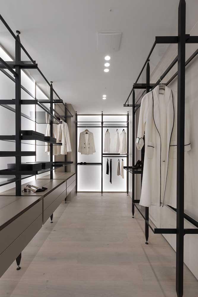Um closet elegante e privativo graças ao uso do vidro jateado
