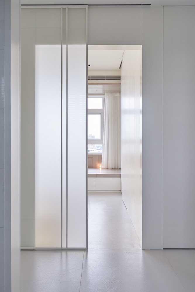 A suíte desse quarto é guardada pela porta de vidro jateada