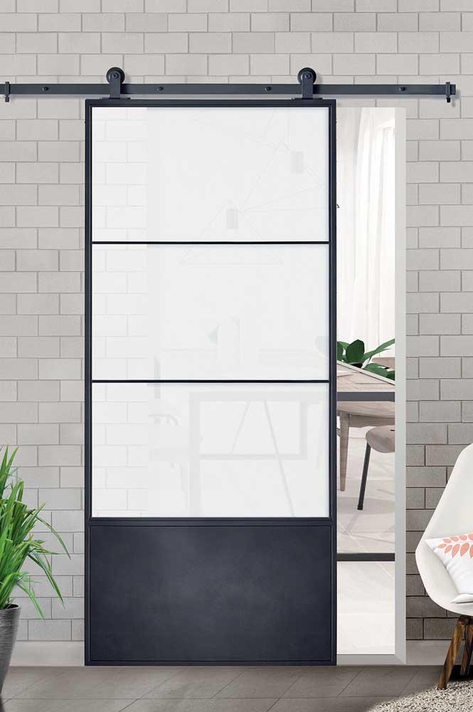 Porta de correr com estrutura de ferro e vidro jateado. Perfeita para um ambiente moderno e com influência industrial