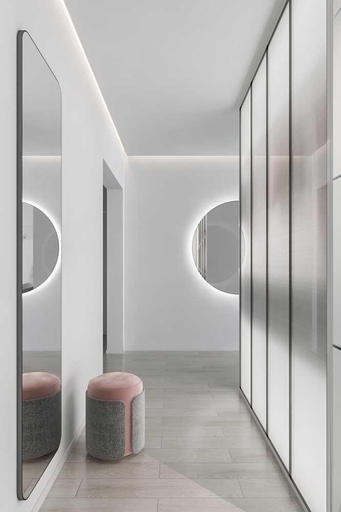 Ambiente moderno e jovial com divisória de vidro jateado