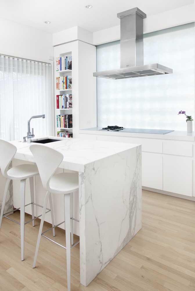 Divisória de cozinha feita com vidro jateado. O ambiente fica isolado do restante da casa, mas não perde luminosidade