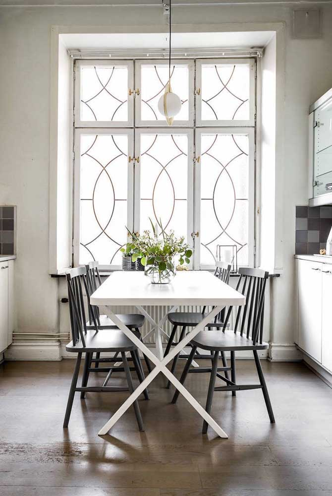 A cozinha com janela antiga apostou no uso do vidro jateado