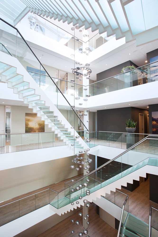 Um projeto e tanto por aqui! Os degraus das escadas foram todos produzidos com vidro jateado