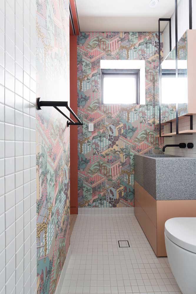 O pequeno vitrô desse banheiro ganhou a beleza e a privacidade oferecidas pelo vidro jateado