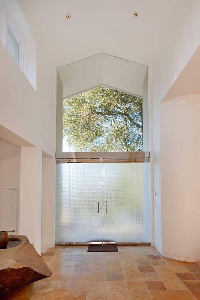 Porta de entrada com vidro jateado. Repare que aqui foi usado um tipo de jateado com padrão geométrico