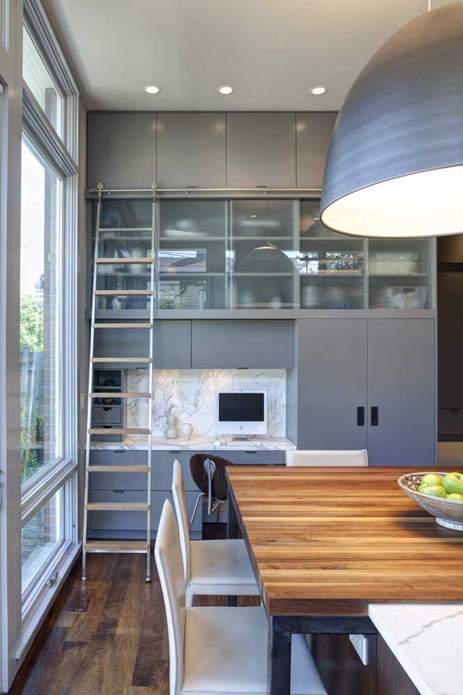 Vidro jateado nas portas do armário da cozinha: um detalhe que faz toda diferença