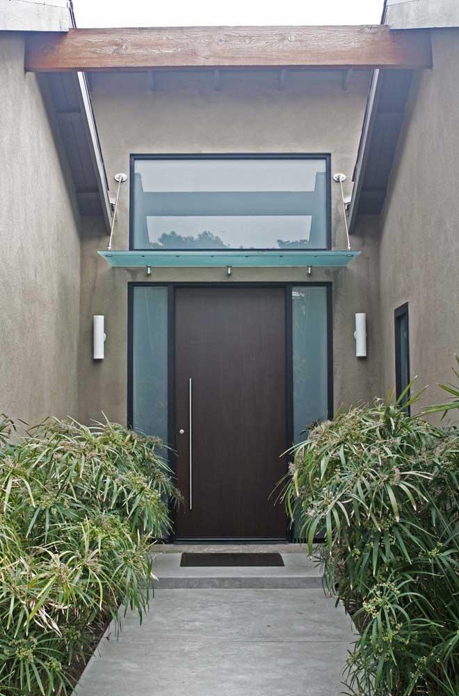Detalhe de vidro jateado na lateral da porta de entrada. Um jeito diferente de incorporar o material na fachada da casa