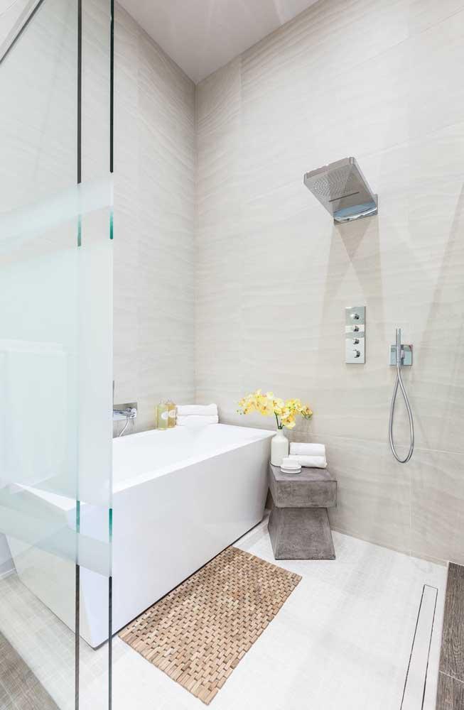 Faixa de vidro jateado na porta da área do banho. Você pode optar por usar película também
