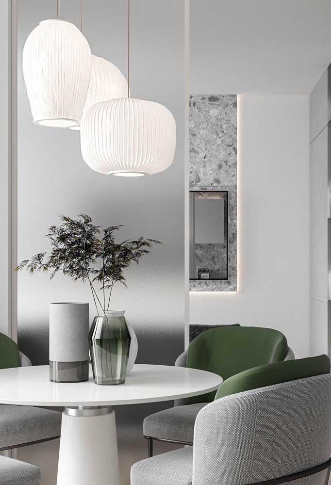 Divisória elegante, moderna e discreta feita de vidro jateado incolor. Ótima maneira de separar ambientes com sofisticação