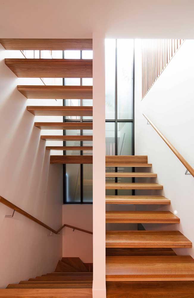 Parede de vidro jateado aos fundos da escada: destaque da casa