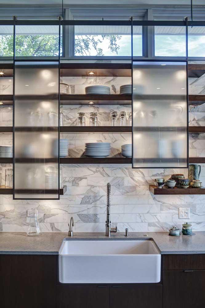 Linda essa ideia de usar portas de correr de vidro jateado no armário da cozinha