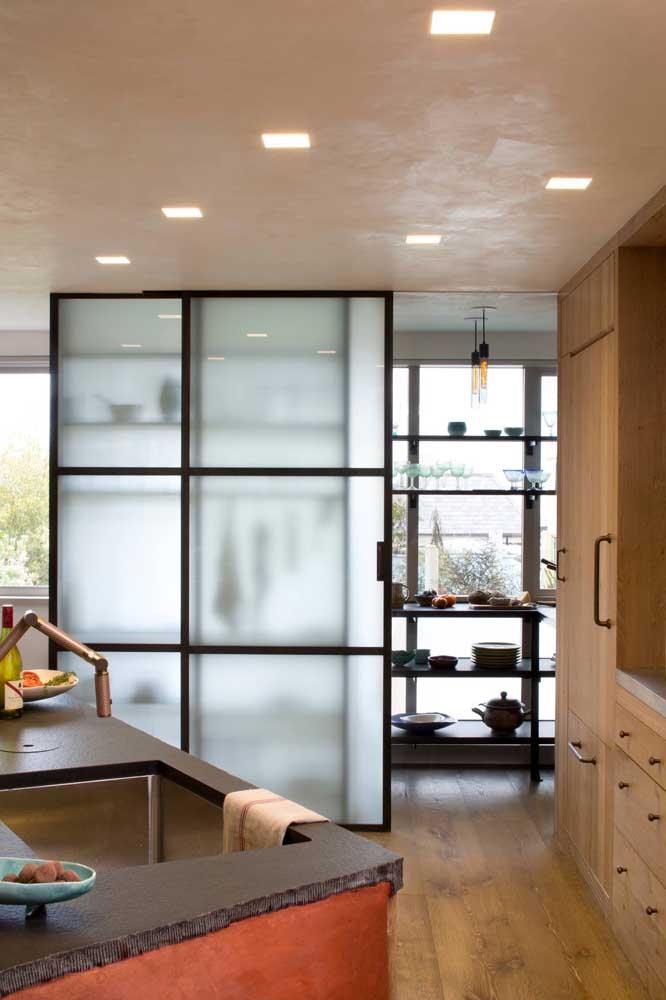 Armário e divisória se tornam uma coisa só nessa cozinha