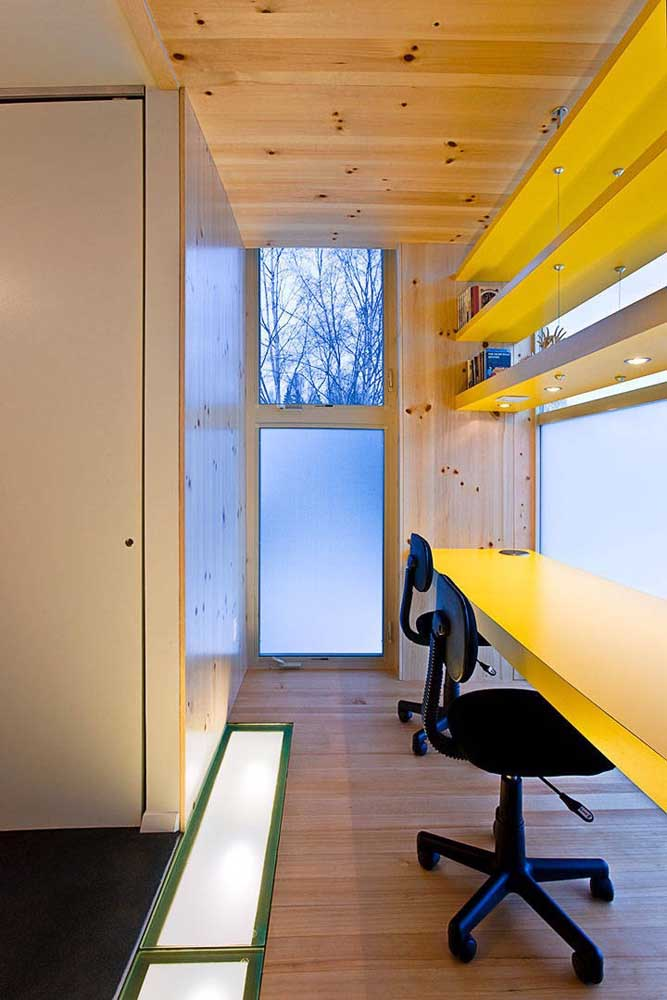 Nesse pequeno escritório, o vidro jateado aparece emoldurado por todos os lados que se olhe
