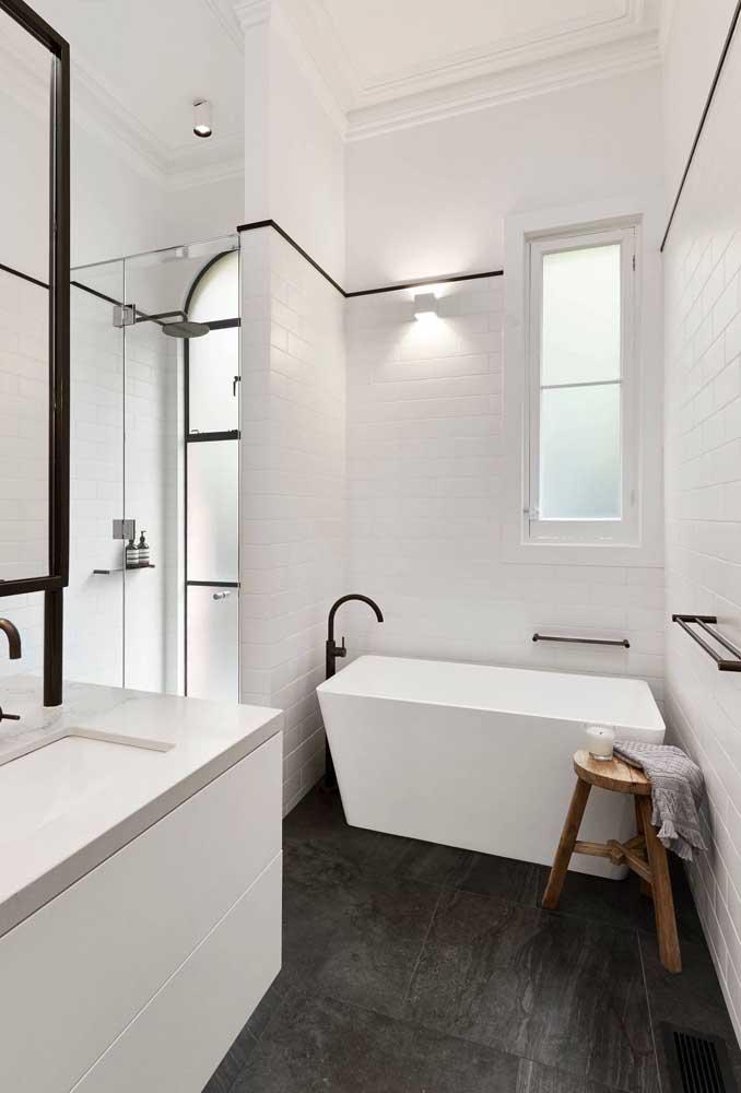 O vidro jateado foi a escolha para os dois lados desse banheiro
