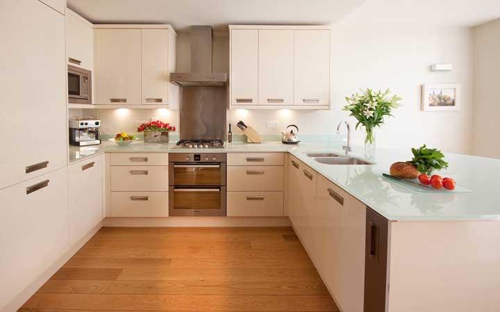 E o que acha de uma bancada de cozinha feita com vidro jateado? Bonita, higiênica e durável
